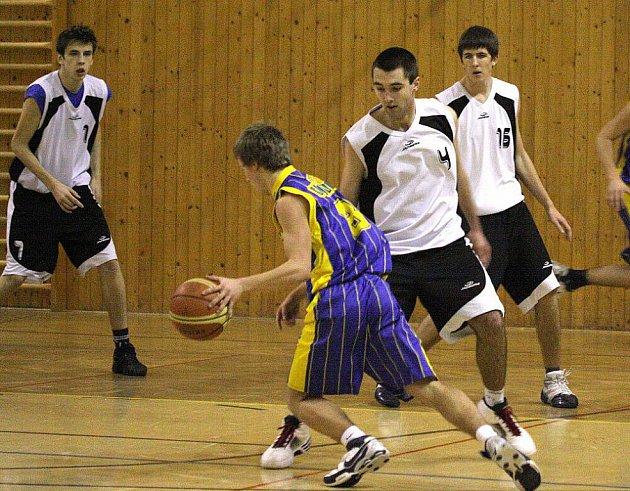 Basketbalisté Karviné (v bílém) končí základní část oblastního přeboru a směřují do play off.