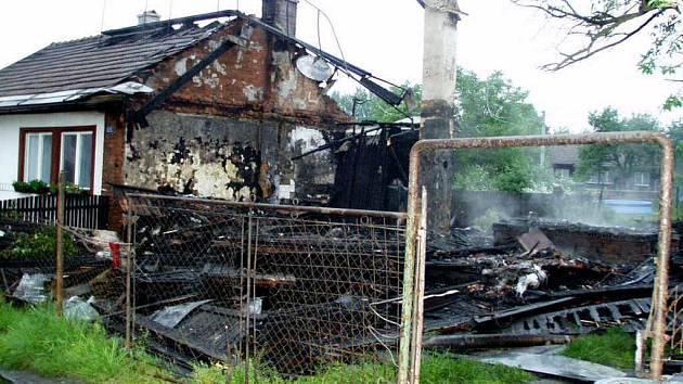 Plameny zničily jeden domek v Horní Suché úplně a druhý poškodily.