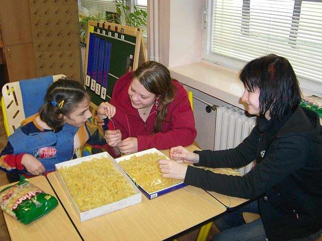 Děti byly studentům za pomoc velmi vděčné.