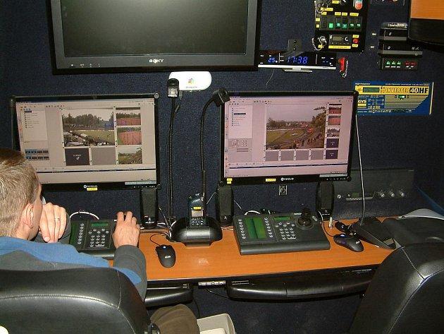 Proti lidem, kteří by chtěli ohrozit bezpečnost leteckého provozu například laserovým paprskem, může policie nasadit speciální automobil s termo a infra kamerami.