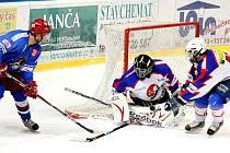 Orlovští hokejisté (v modrém) narazí v play off buď na Bohumín, nebo na béčko N. Jičína (na snímku). Rozhodne se v sobotu.