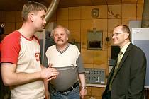 Vedoucí kina Central Jakub Gajdica (vlevo) v diskuzi se starostou Vítem Slováčkem a promítačem Zdeňkem Novotným.