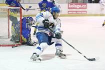 Orlovští hokejisté (v bílém Kotásek) si poradili s posledním Velkým Meziříčím.