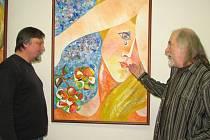 Sochař Pavel Vácha (vlevo) a malíř Miro Matiasko na vernisáži v Galerii Spirála.