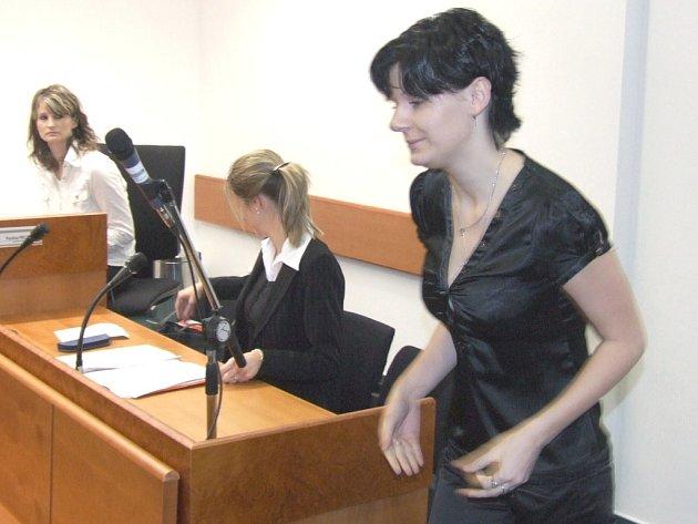 Šárka Košťálová u soudu, který ji za úmrtí dcery nepotrestal