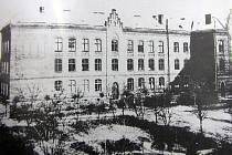 Pohled na klášterní školu se zahradou.