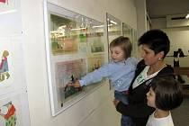 Častými návštěvníky výstavy jsou maminky s dětmi.