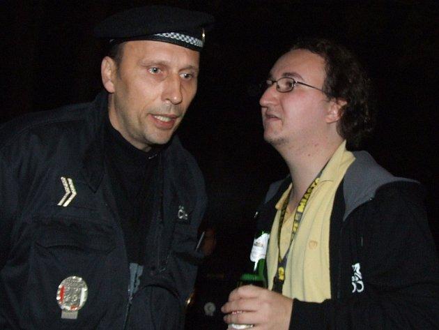 Velitel zásahu havířovské městské policie uklidňoval českého fandu, který patřil k největším křiklounům.