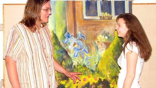 Jan Melena diskutuje s Janou Zítkovou u obrazu Modré kosatce.