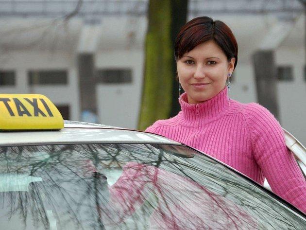 Čtyřiadvacetiletá Gabriela Samková je údajně první ze tří žen, které se v Karviné živí jako řidička taxíku.