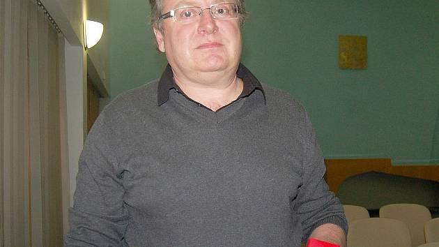 Luděk Čech s oceněním za 80 odběrů krve.