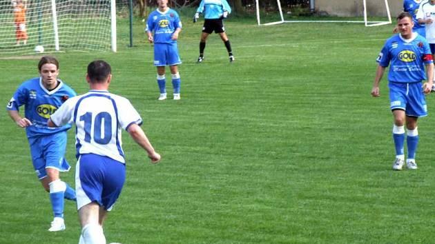 Fotbalisté MFK Havířov (modré dresy) ve Starém Městě vyhráli 1:2, když první branku dal Robert Schimke (zcela vlevo).