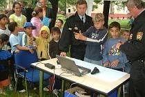 Město se začalo prostřednictvím strážníků a policistů více věnovat problémové staré části Šumbarku. Jedna z loňských akcí určená mládeži se konala přímo na ulici.