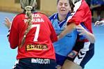 Markéta Remetančíková (uprostřed) se snaží probít do střelecké pozice.
