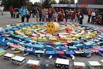 Orlovští hendikepovaní vytvořili na náměstí přes dvě stě metrů dlouhou stonožku.