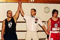 Aleš Buzek vyhrál v kategorii do 91 kilogramů. Uznávaný sudí Antonín Gašpar z Karviné jej právě vyhlásil vítězem.