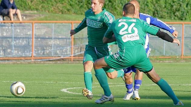 Karvinští fotbalisté (v zeleném) přešli přes Uničov až na penalty.