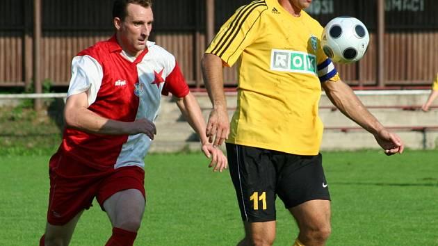 Martin Opic z Karviné si zpracovává míč před orlovským Milanem Prčíkem v dnešním pohárovém klání.