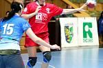 Lucie Mrózková přihrává spoluhráčkám.