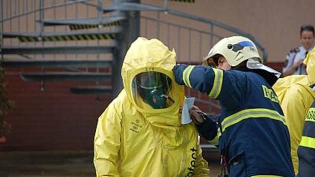 Cvičení hasičů na karvinském koupališti