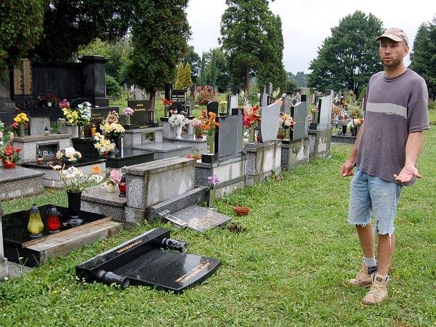 Správce  starého bohumínského hřbitova ukazuje dílo vandalů, kteří poškodili několik tamních hrobů.