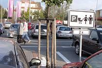 Někteří řidiči parkovací místa vyhrazená pro rodiče s dětmi ignorují
