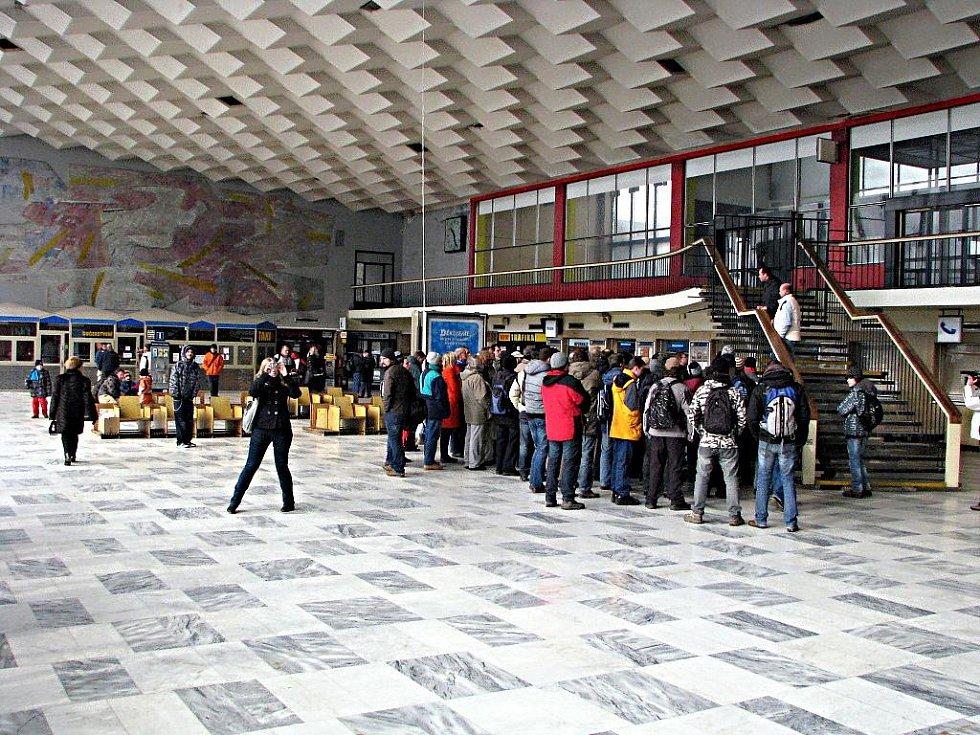 Setkání příznivců železnice a zastánců zachování havířovské nádražní haly. V pozadí na stěně je mozaika.