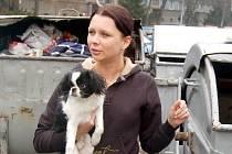 Týraný pes v náručí dívky, která mu pomohla z nejhoršího