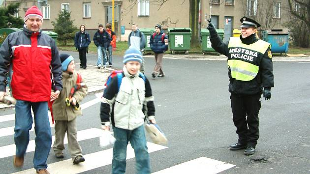 Školákům pomáhají každé ráno s cestou do školy strážníci