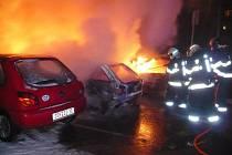 Hasiči při likvidaci požáru aut na křižovatce Družstevnické ulice a 17. listopadu