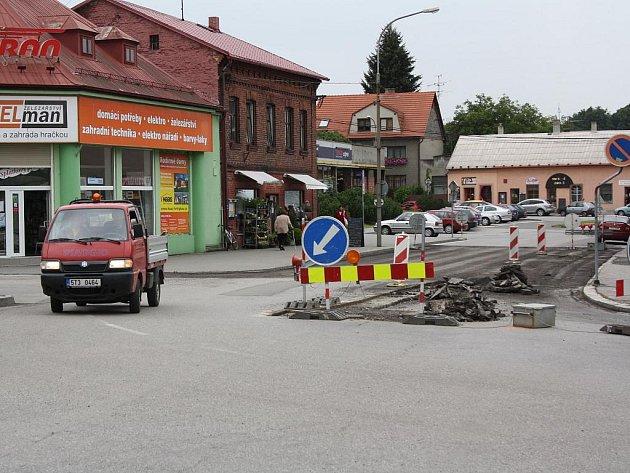 Na omezení dopravy až do zimy si musí zvyknout řidiči v Dolní Lutyni. Vzhledem k zahájeným opravám mostní konstrukce přes Lutyňku u železářství v centru obce totiž bude doprava v tomto úseku probíhat pouze v jednom pruhu.