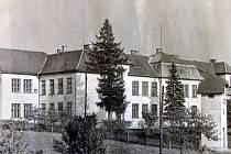Polská škola na dobové fotografii.