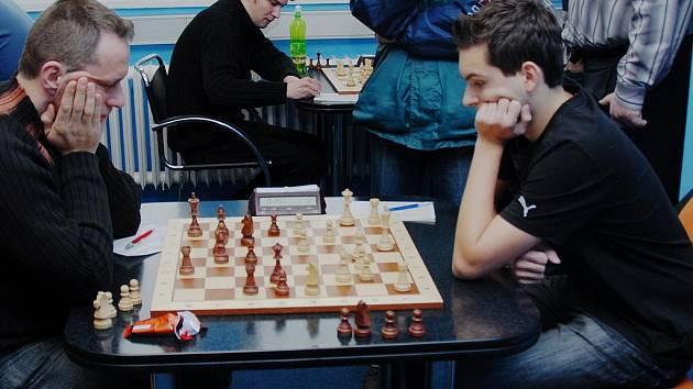 Nejlepším hráčem Karviné se stal v právě skončené sezoně Vojtěch Zwardoň (vpravo), když v jedenácti utkáních získal devět bodů, což představuje 81,82% úspěšnosti. Prohrál jen jednou, hned v prvním kole se zlínským Martinem Šenkýřem.