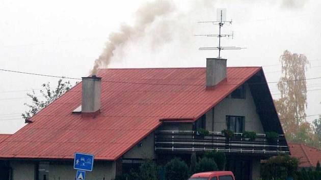 Hustý kouř vychází i nad mnoha domy, kde lidé mohou topit i ekologickými palivy.