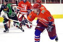 Hokejisté Karviné nejprve ve šlágru kola nestačili na Kopřivnici, pak ale porazili silný Frýdek-Místek. Na snímku David Vaštík.