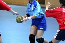 Lucie Vaňková (s míčem)