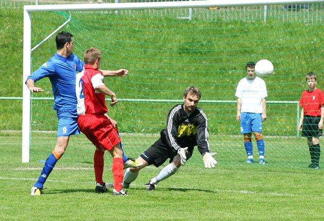 Lukáš Magera (zcela vlevo) z Ostravy střílí gól na 2:0 pro Baník B. Nezabránil mu v tom ani stoper Pavel Drozd, ani gólman Radek Szarowski, jehož ruce máchly do prázdna.