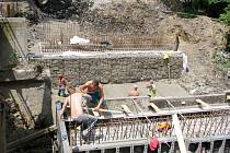 V rámci rekonstrukce křižovatky bude přes řeku Sušanku postaven na ulici U Skleníků nový most. Ten starý je už zdemolován.