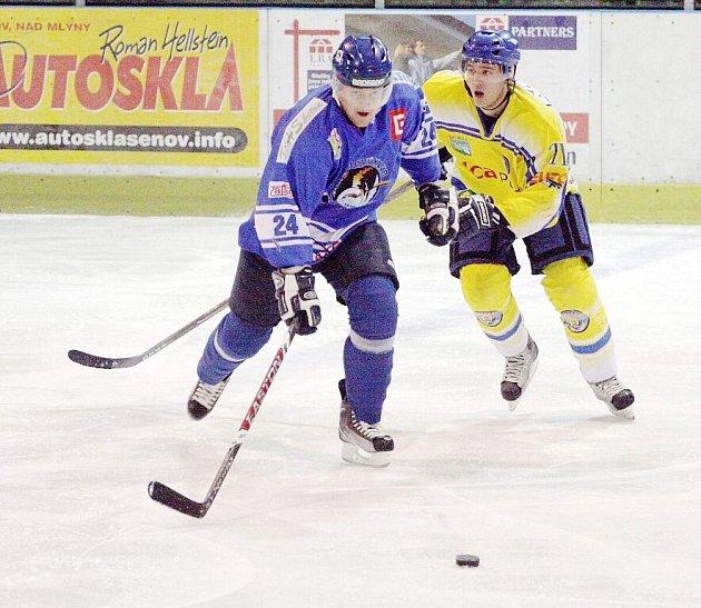 Orlovští hokejisté už zase pomalu nalézají ztracenou pohodu. Na snímku se za pukem řítí Daniel Kraft.