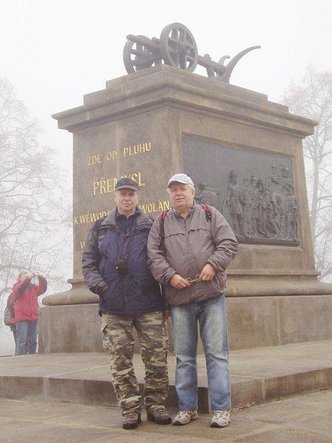 Karvinský turista Josef Čigelský (vpravo) před pomníkem Přemysla Oráče.