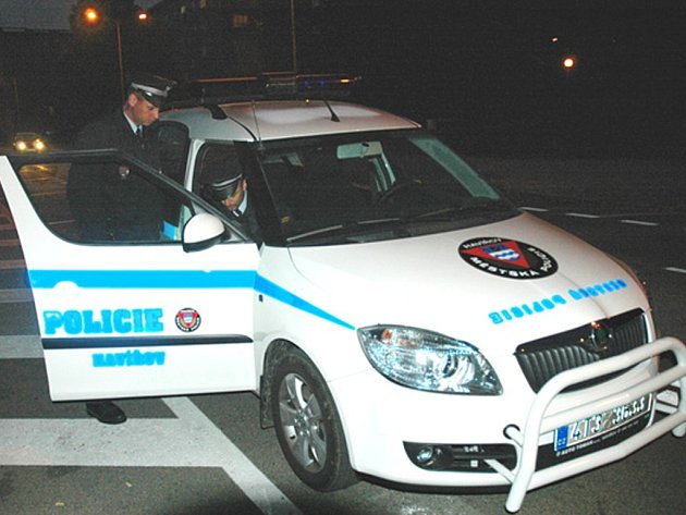 Služební vozidla jsou v nočním provozu lépe viditelná.