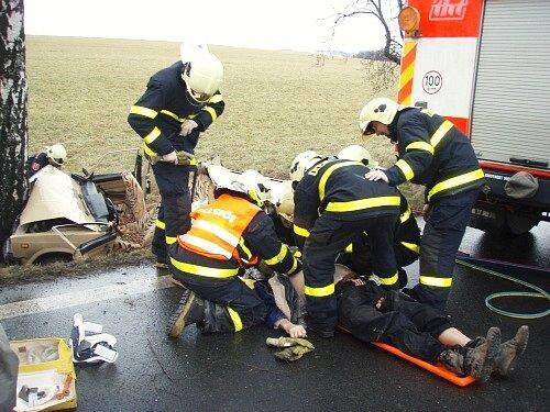 Hasiči se snažili do příjezdu záchranky řidiče oživit.