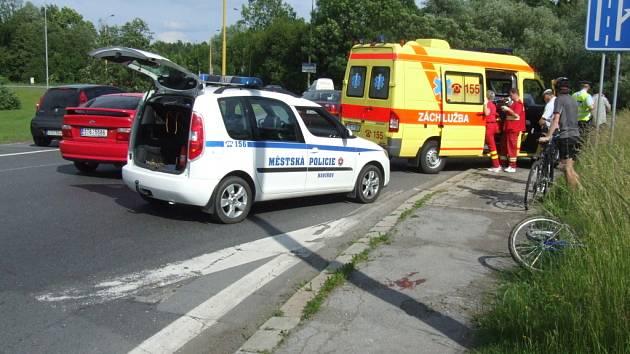 Nehoda cyklisty s osobním automobilem na kruhovém objezdu v Havířově