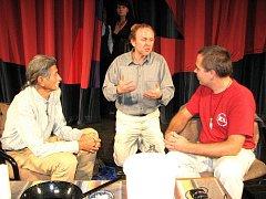 Festival zdravého životního stylu v Havířově. Starešina indiánského kmene Hopiů, Roy Littlesun (vlevo) s Jaroslavem Duškem (uprostřed).