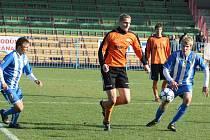 Fotbalisté Havířova (v modrém) zaznamenali ceněnou výhru nad Šumperkem.
