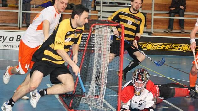 Florbalisté Torpeda Havířov (žlutočerné dresy) vyhráli úvodní dva zápasy čtvrtfinále první ligy bez větších problémů.