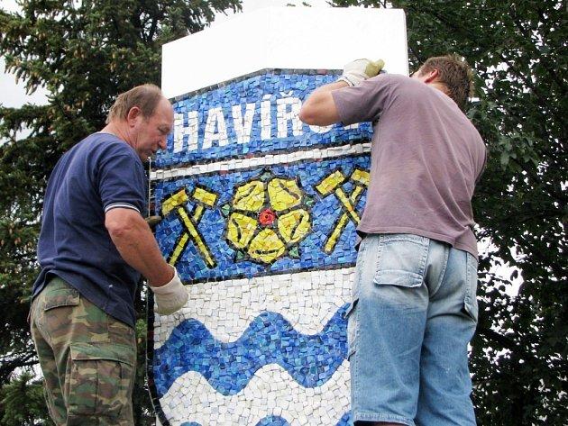 Čtyřmetrové monumenty autora Jiřího Sibinského (vlevo) vítají návštěvníky Havířova