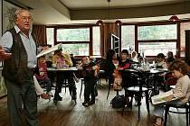 Sám ředitel Těšínského divadla Karol Suszka předčítal v sobotu dětem v kavárně Noiva.