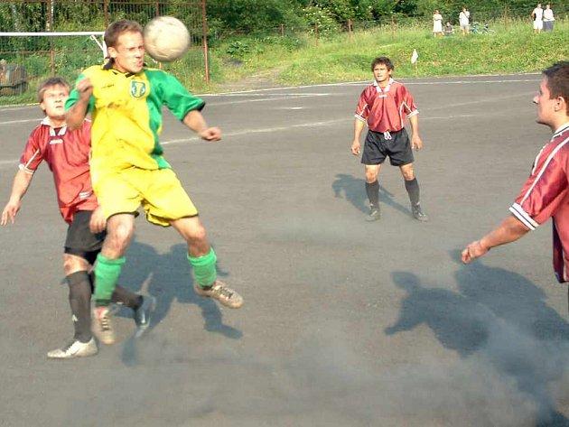 Fotbalisté Horních Bludovic (žluté dresy) dokázali vyhrát důležitý zápas s Horním Žukovem.