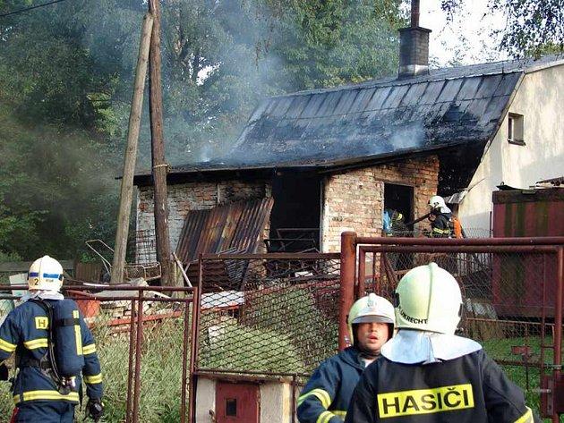 Hasiči zvládli plameny během několika minut. K ruce jim byla i dobrovolná jednotka.